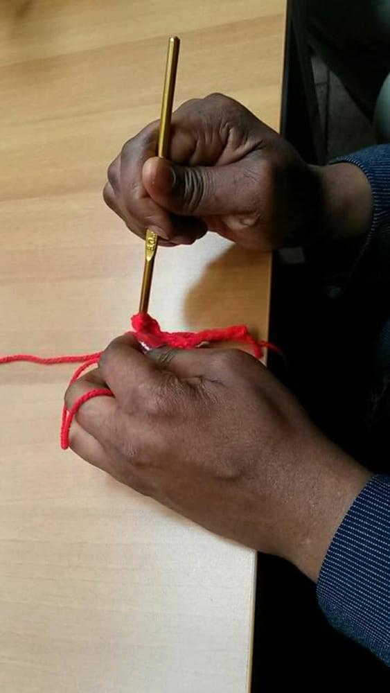 donna che usa i ferri per fare a maglia