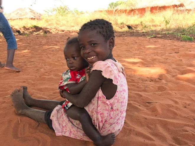 due bambine africane che sorridono