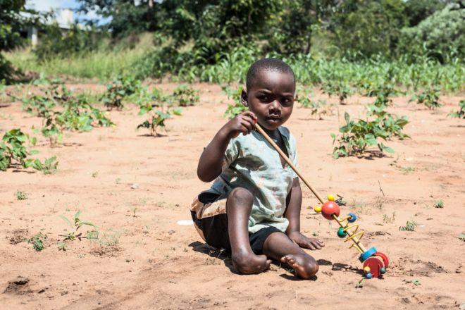 bambino africano seduto per terra