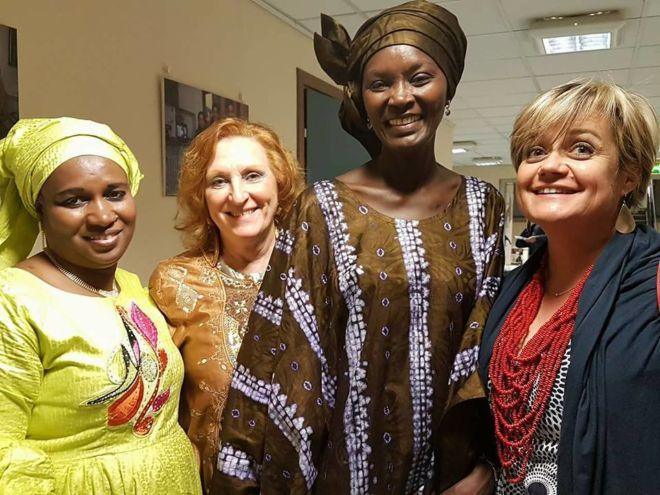 ragazze in abiti tipici africani