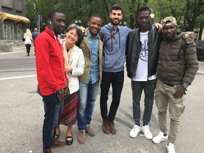 foto di gruppo di ragazzi immigrati