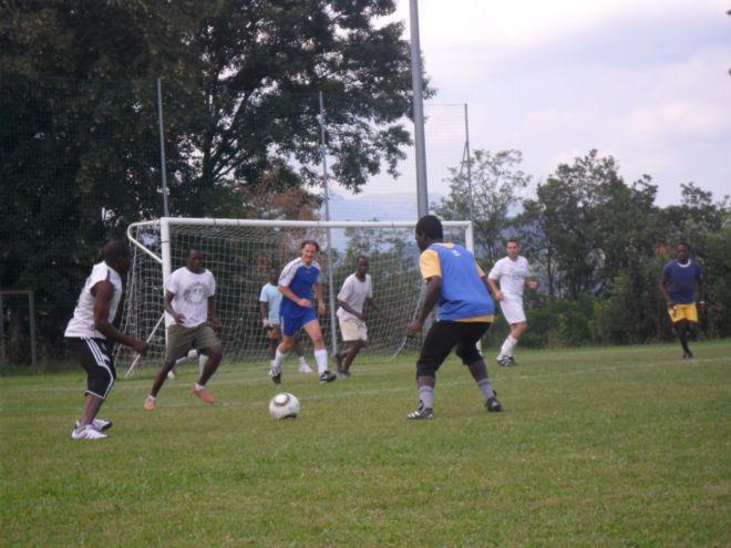 partita di calcio tra ragazzi