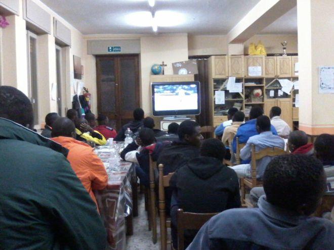 ragazzi immigrati guardano la televisione