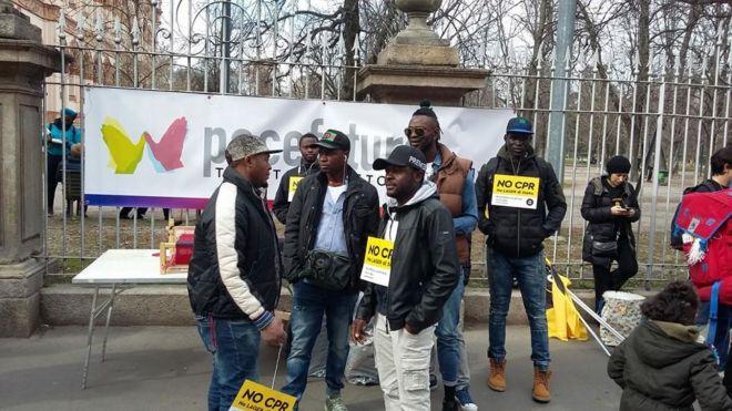 ragazzi dell'associazione pacefuturo a una manifestazione