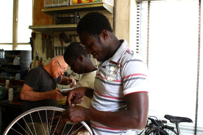 ragazzi che riparano bici