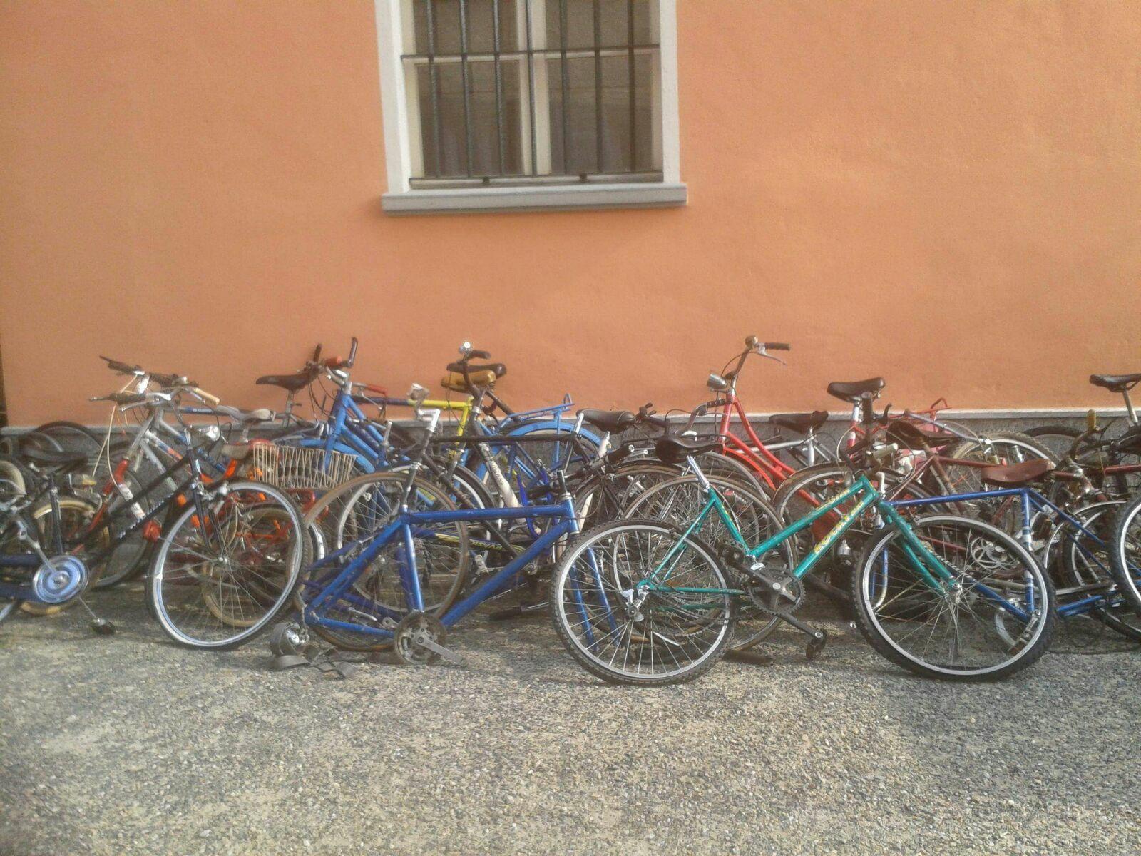 biciclette appoggiate a un muro
